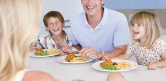 <!--:es-->Cómo enseñar a los pequeños a comportarse en la mesa<!--:-->