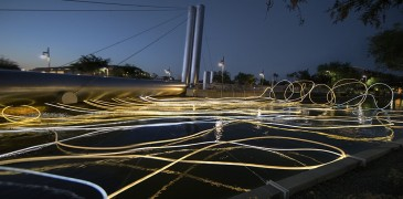 Aguas Doradas: La instalación de luz de Grimanesa Amorós se extiende desde el Puente Soleri en Scottsdale, Arizona