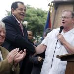 Eliu Rivera con el entonces alcalde Jerramiah Healy.