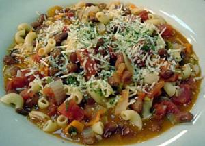 Sopa de habichuelas, pasta y tomate