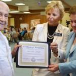 La legisladora Blanquita B. Valenti (derecha) y la secretaria del Condado Elaine M. Flynn entregan un reconocimiento a Miguel Cruz, en la ciudad de Edison. (Foto Condado)