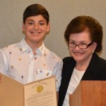 Reconocimiento a la juventud. Con el joven Ethan Weinland, de Monroe Township (Foto Condado)