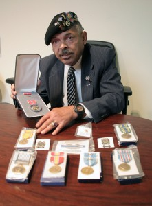 Jaime Vázquez, condecorado con la medalla Corazón Púrpura (Foto: Michael Tempsey. J.Journal)