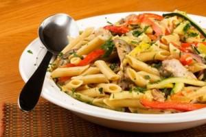 ensalada-de-pollo-con-pasta-almendras-y-pasas-receta-y-preparacion