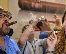 EE.UU. levanta el límite de cigarros y ron que sus turistas pueden llevar consigo cuando vuelven de Cuba
