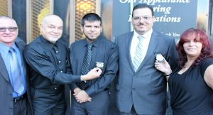 Anthony y Jaime Vázquez Jr. rodeados por Carlos Vázquez y Linda Bank y su esposo