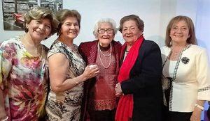 Luzmila Bermejo con sus hijas en su onomastco