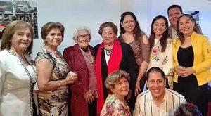 Dona Luzmila, rodeada por su querida familia peruana