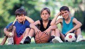 Muchos niños no practican deportes y otras actividades escolares por los costos