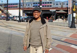 Casto Maldonado López, camina por la Plaza Focus Rosario en Newark