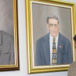 Maldonado frente a los retratos del Dr. José Rosario y Frank Morales.