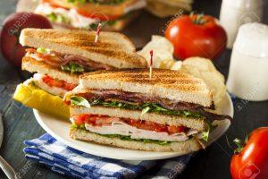 30762925-Sandwich-de-pavo-y-tocino-Club-con-lechuga-y-tomate-Foto-de-archivo