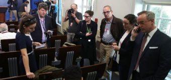 """""""Nada como esto había ocurrido jamás"""": la polémica exclusión de grandes medios de una conferencia de prensa del gobierno de Estados Unidos"""
