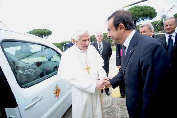 Al Papa Francisco le dieron a elegir entre el Tesla Modelo S y el Nissan Leaf.  ¿Cuál eligió?