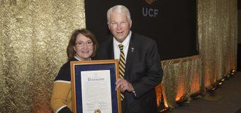 Dr. John C. Hitt's recibe una proclamación honorífica por sus 25 años de servicio como presidente de la  Universidad Central de Florida