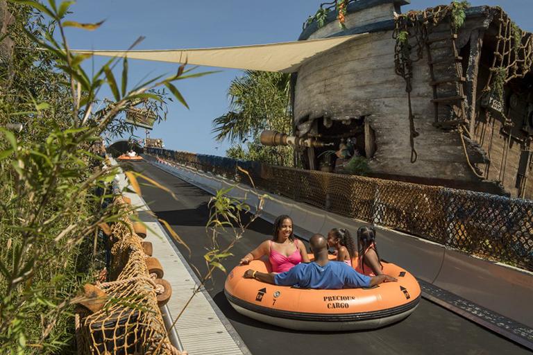 Miss Adventure Falls salpica en el Parque Acuático Disney's Typhoon Lagoon –