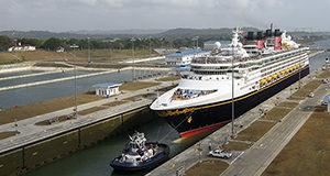 El Disney Wonder se convierte en el primer barco de pasajeros en transitar por el nuevo sistema de esclusas del Canal de Panamá