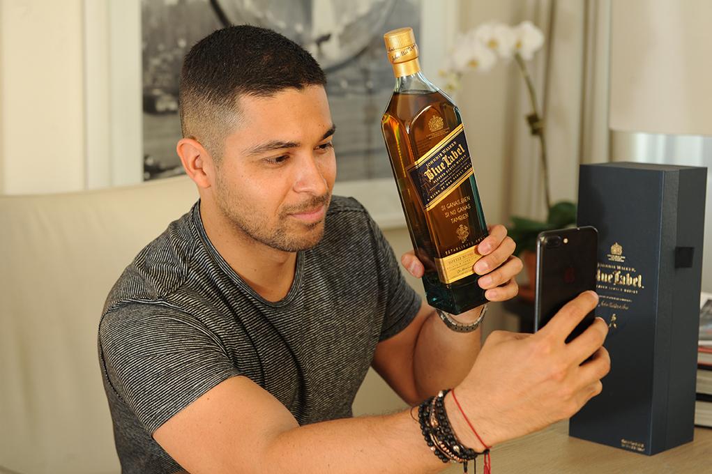 Wilmer Valderrama Celebra el Día del Padre con un  Conmovedor Mensaje Grabado en una Botella Icónica de Johnnie Walker Blue Label