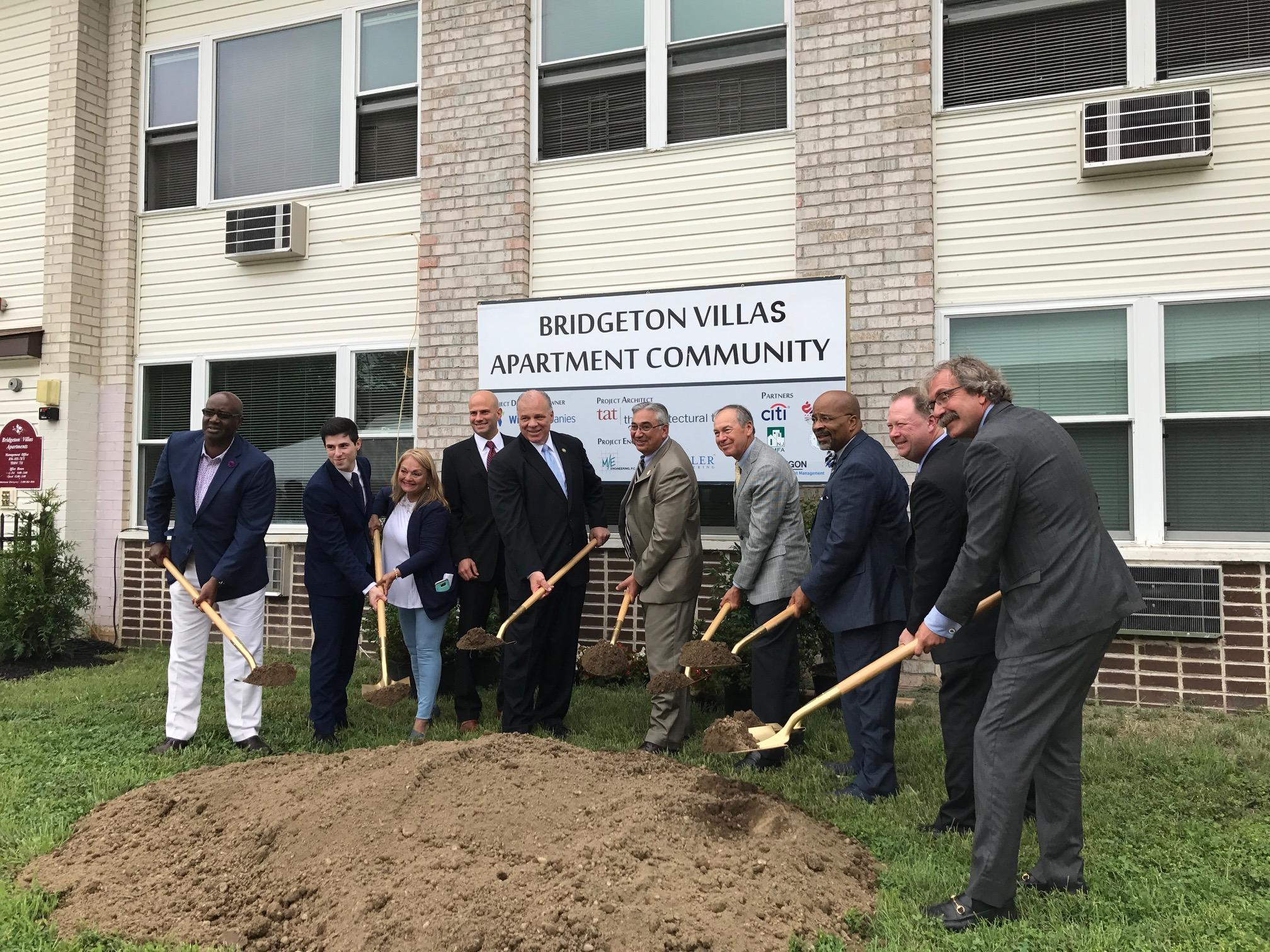 Sweeney participa en la ceremonia de inicio de la renovación de viviendas en Bridgeton