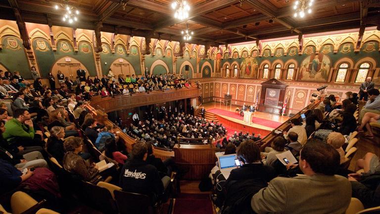 Aunque los latinos están corriendo más rápido, aún se quedan detrás de los blancos y negros en cuanto a logros educativos, manifiesta un nuevo estudio de la Universidad de Georgetown