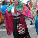 Hermosos trajes multicolores lucen las ecuatorianas en el Pase del Niño Viajero