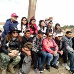 Grupo de estudiantes y sus padres en la ciudad del Cusco.