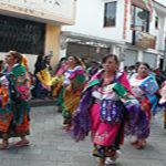 Comparsas con ropas coloridas alegran la festividad en Amaguaña, provincia de Pichincha