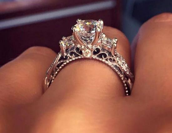 db9e33112ef8 Escoger el anillo de compromiso ideal y hacer que esa propuesta de  matrimonio sea un acontecimiento inolvidable para ambos