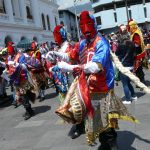 Los Diablos de Hojalata de Riobamba acompañan a los Pases del Niño.