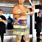 El Embajador Cultural de Nueva Zelanda ofreciendo demostració y clases sobre los ritmos con los sticks.